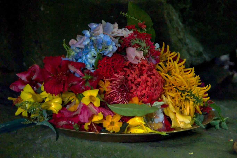 www.raconte-moi-une-image.com/Offrande de fleurs le jour de Shivarathri près de Madikeri