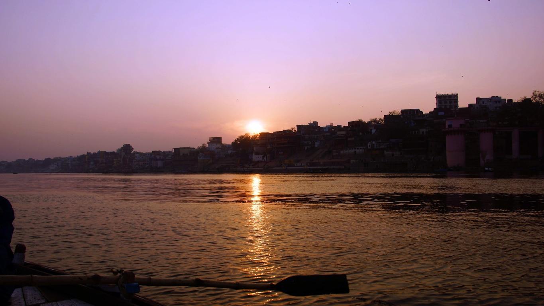 Magnifique coucher de soleil sur le Gange à Varanasi