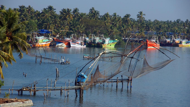 Chalutiers et filets de pêcheurs près de Ernakulam (Keralaà