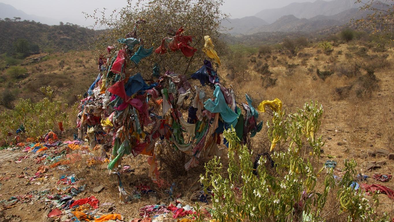 En grimpant vers le temple, près de Nawalgarh (Rajasthan), un chemin de pèlerinage parsemé d'ex-votos