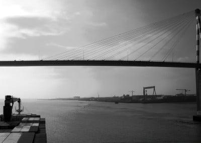 Le pont enjambe la Loire à son estuaire à Montoir (port de Saint Nazaire).