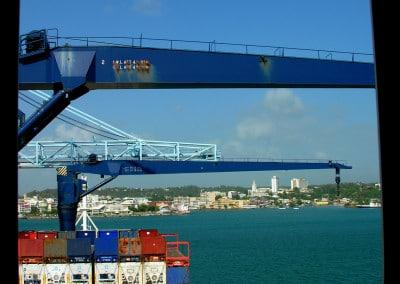 Le cargo au port de Pointe à Pitre (au fond)