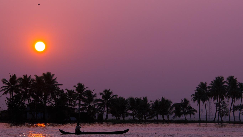 Un magnifique lever de soleil sur les backwaters à Allepey